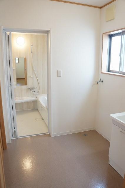 出入り口2か所の洗面所