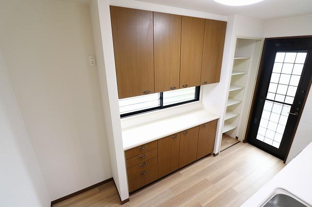 収納豊富な食器棚