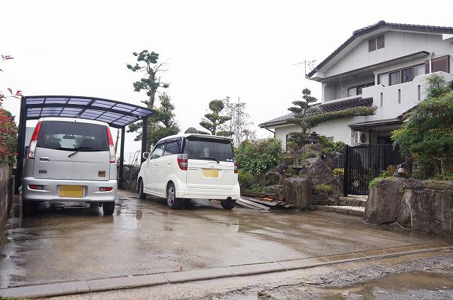 【駐車場】4台可!!カーポート1台分ついています♪